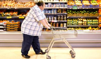 Obese-man-pushes-trolley-916714